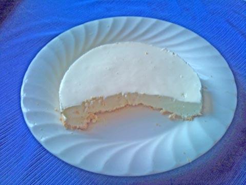 ここ何年かホワイトデーには混ぜて冷やすだけの簡単レアチーズケーキを作っています<br />