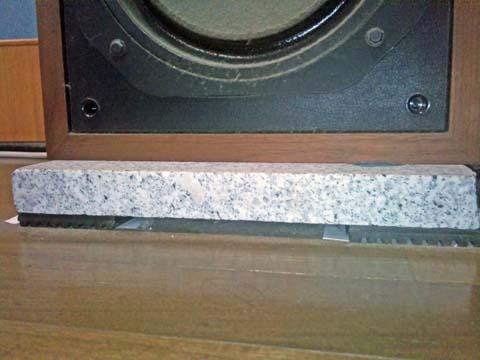 ダイヤトーン(Diatone)のスピーカーDS-251MKIIは御影石の上に置いている