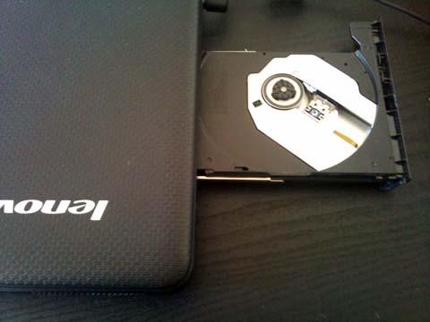 Lenovo IdeaPad G550 2958MFJは本体右側にDVDスーパーマルチドライブも搭載している