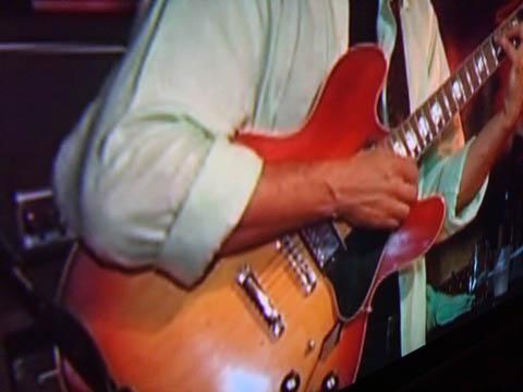 パナソニック(Panasonic)のプロジェクターTH-AE900でラリー・カールトンとスティーブ・ルカサーのライブの1場面